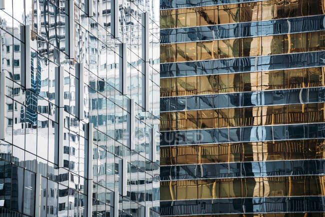 Cina, Hong Kong, isola di Hong Kong, facciate in vetro dei grattacieli, vista parziale — Foto stock