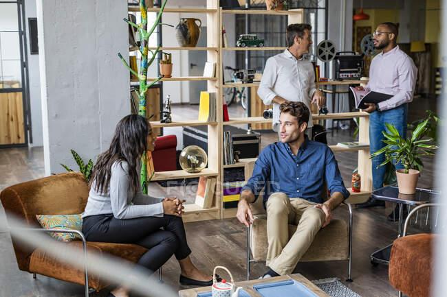 Бізнес-команда проводить неформальну зустріч у лофті. — стокове фото