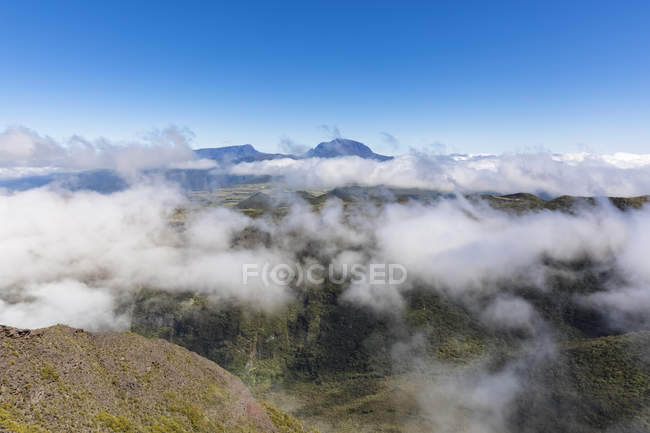 Reunion, Reunion National Park, Route forestiere du Volcan, View from Riviere des Remparts and Piton des Neiges — Stock Photo