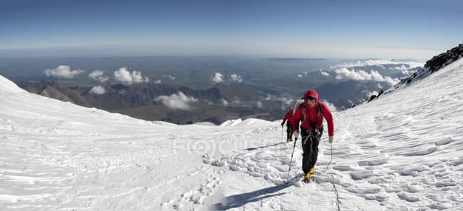 Russie, Haute vallée de Baksan, Caucase, Alpinistes montant le mont Elbrus — Photo de stock