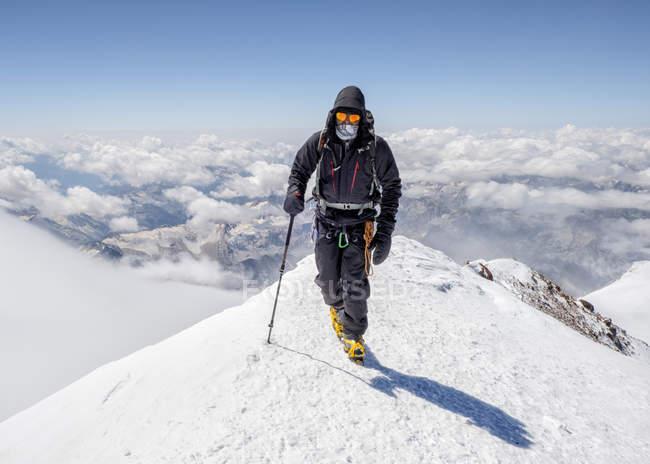 Russland, oberes baksan-tal, kaukasus, bergsteiger auf den elbrus — Stockfoto