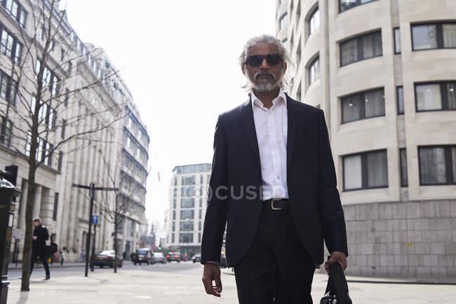 Великобританія, Лондон, Великобританія, портрет старшого бізнесмена, що ходить у місті — стокове фото