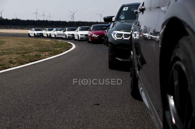 Автомобили в ряд на ипподроме — стоковое фото