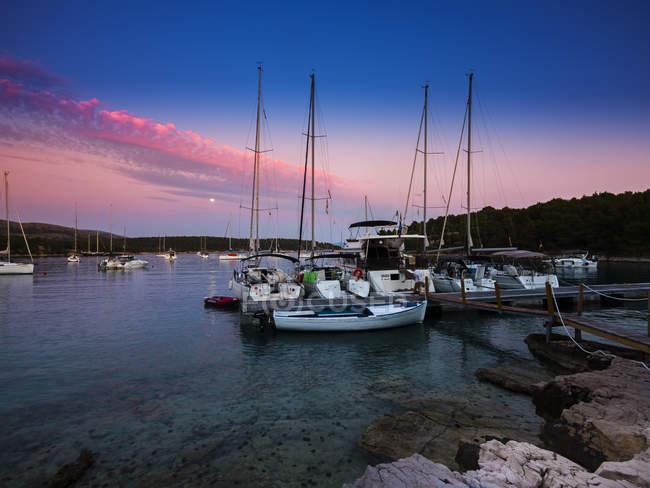 Croacia, Damlatia, Brac Island, marina al atardecer - foto de stock