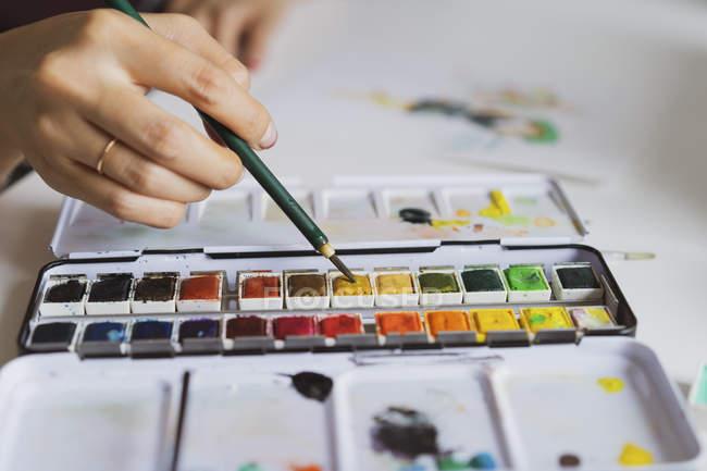 Illustratore pittura alla scrivania, primo piano — Foto stock