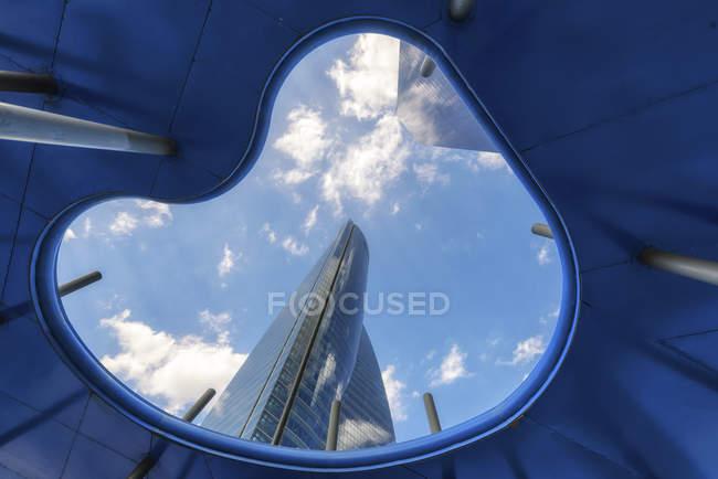 España, Madrid, vista al área de negocios de Cuatro Torres desde abajo - foto de stock