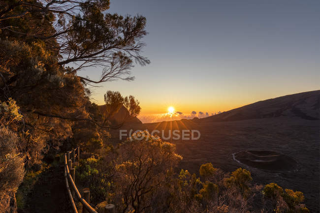 Reunion, Reunion National Park, Shield Volcano Piton de la Fournaise, Caldera Rempart and Formica Leo, sunrise — Stock Photo