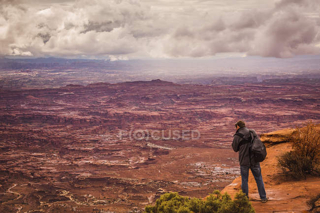 USA, Utah, Canyonlands National Park, The Needles, man on viewpoint photographing — Stock Photo