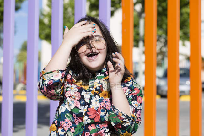 Девочка с синдромом пуха в очках и улыбается — стоковое фото