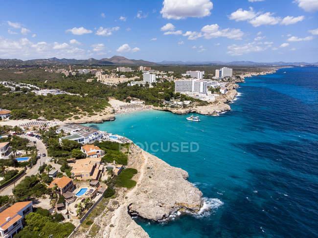 España, Baleares, Mallorca, Porto Colom, Vista aérea de Cala Tropicana y Cala Domingo - foto de stock