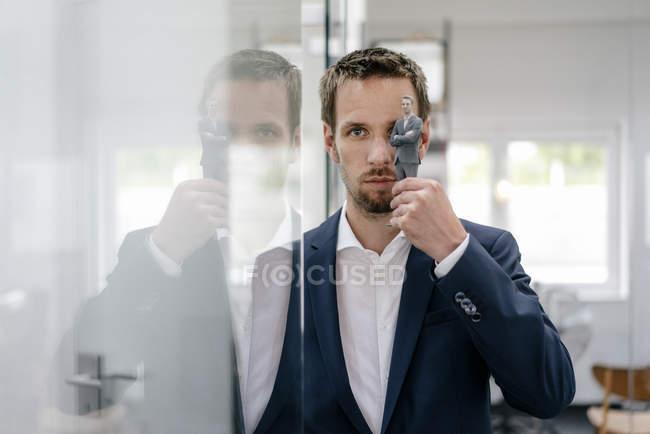 Бізнесмен тримає свій 3D портрет перед очима — стокове фото