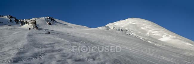 Росія, Верхня долина Баксан, Кавказ, альпіністи, що піднімаються на гору Ельбрус. — стокове фото