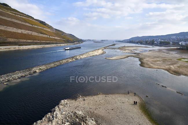 Allemagne, Rhénanie-Palatinat, Bingen, Rhin, marée basse, cargo — Photo de stock