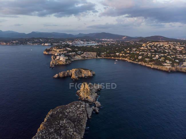 España, Mallorca, Región De Calvia, Vista aérea de Isla Malgrats y Santa Ponca al atardecer - foto de stock