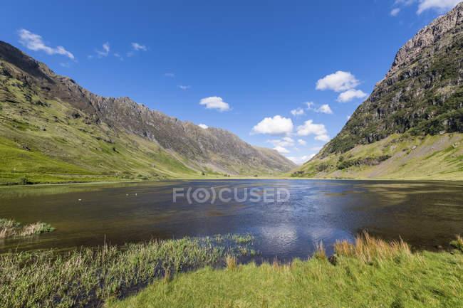 Grande-Bretagne, Écosse, Highlands écossais, Glencoe, Loch Achtriochtan — Photo de stock