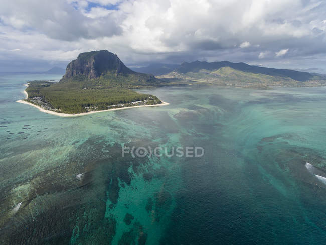 Mauritius, Southwest Coast, view to Indian Ocean, Le Morne with Le Morne Brabant, natural phenomenon, underwater waterfall — Stock Photo