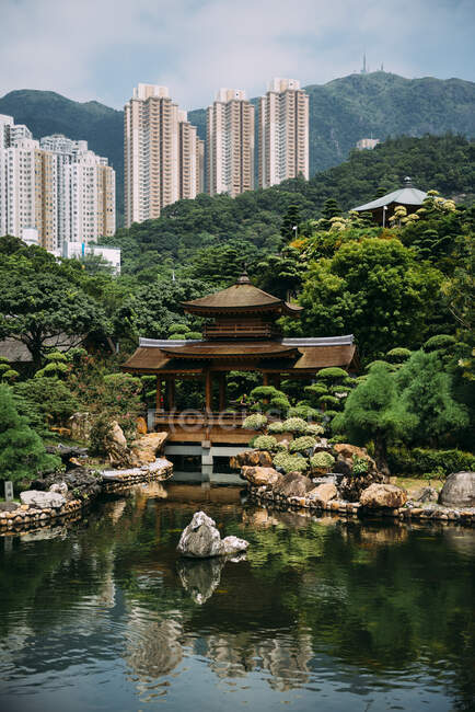 China, Hong Kong, Diamond Hill, Pond in Nan Lian Garden surrounded by skyscrapers — Stock Photo