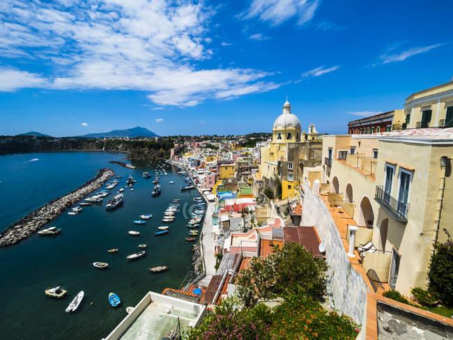 Italia, Campania, Golfo de Nápoles, Islas Flegraeas, Isla Procida, Puerto, Marina di Corricella - foto de stock