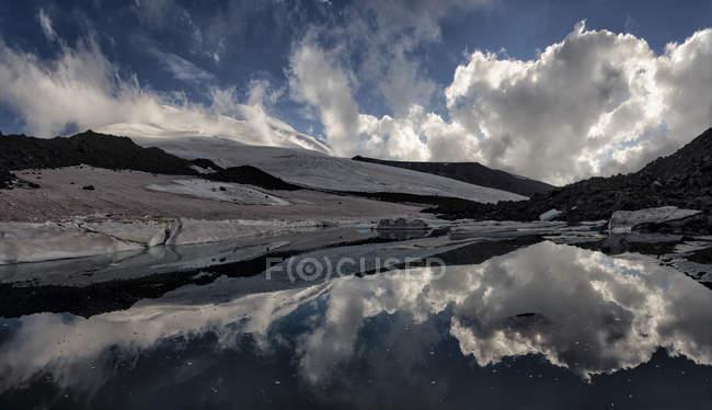 Росія, Верхня долина Басан, Кавказ, Гора Ельбрус, Північний табір — стокове фото