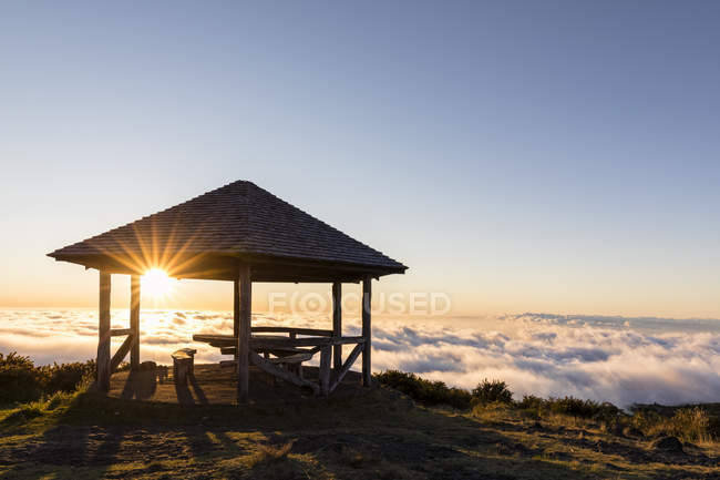 Reunião, Parque Nacional da Reunião, Miradouro Maido, Vista do vulcão Maido, local de piquenique para o mar de nuvens e pôr do sol — Fotografia de Stock
