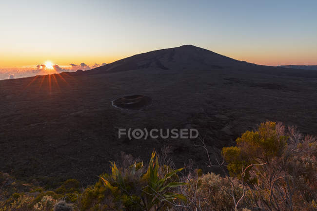 Reunion, Reunion National Park, Shield Volcano Piton de la Fournaise in Caldera Enclos Fouque, Caldera Rempart and Formica Leo, View from Pas de Bellecombe, sunrise - foto de stock