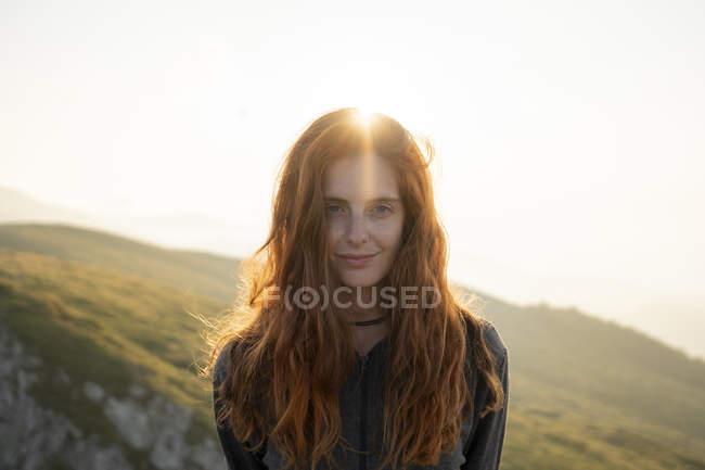 Retrato de mulher de cabelos vermelhos sorridente olhando para a câmera — Fotografia de Stock