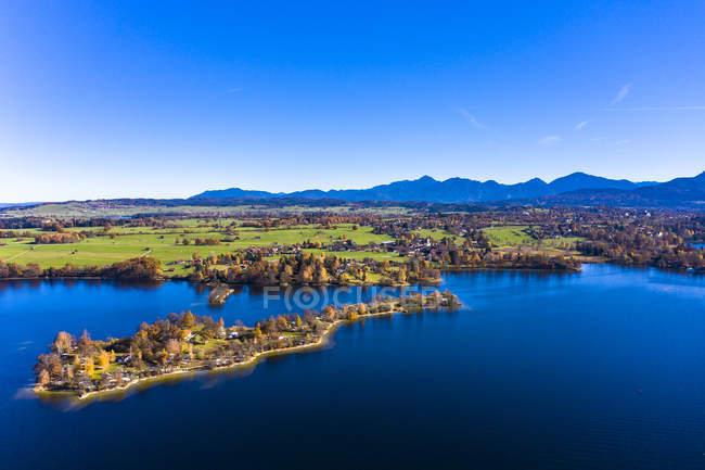 Allemagne, Bavière, Allgaeu Est, District de Garmisch-Partenkirchen, Alpine Foreland, Vue aérienne du lac Staffelsee avec des îles — Photo de stock