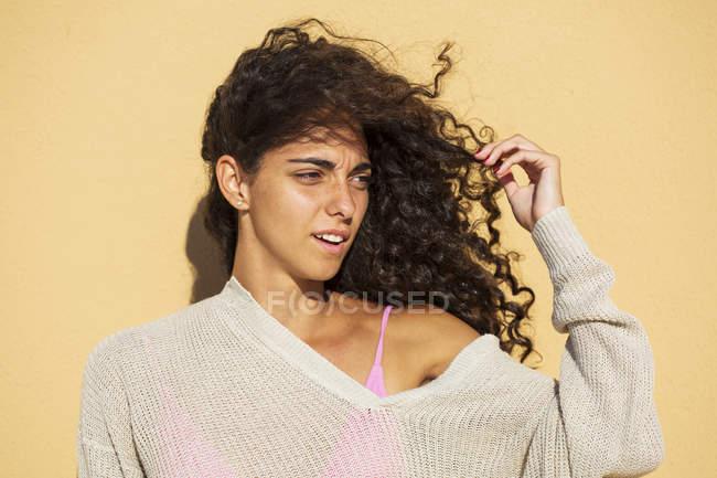 Ritratto di ragazza adolescente, mano nei capelli — Foto stock