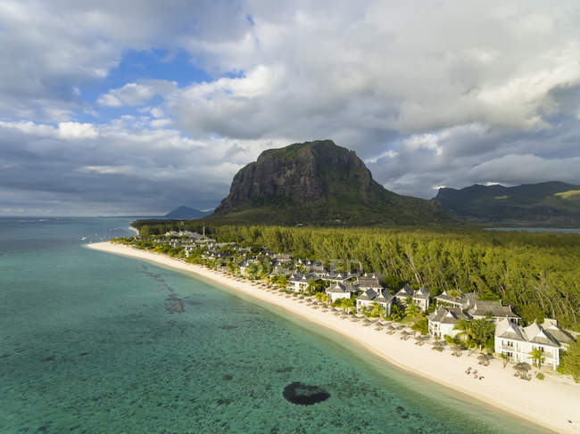Mauritius, Southwest Coast, view to Indian Ocean, Le Morne with Le Morne Brabant, resort with beach — Stock Photo
