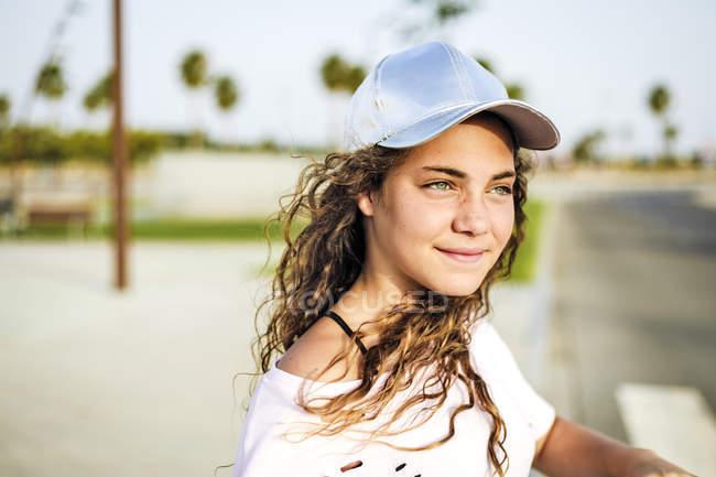 Retrato de menina com basecap — Fotografia de Stock