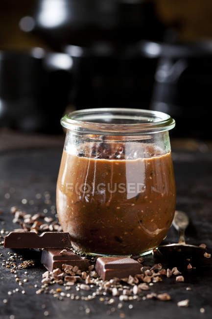 Postre de semillas de chía, nibs de chocolate y cacao - foto de stock