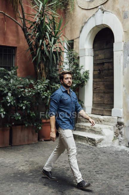 Caminante hombre de negocios en un patio - foto de stock