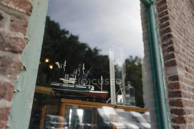 Бельгія, Tongeren, модель корабля у вітрині антикварний магазин — стокове фото