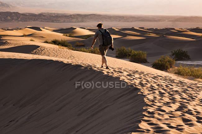 Usa, Californie, Death Valley, Death Valley National Park, Mesquite Flat Sand Dunes, homme marchant sur la dune — Photo de stock