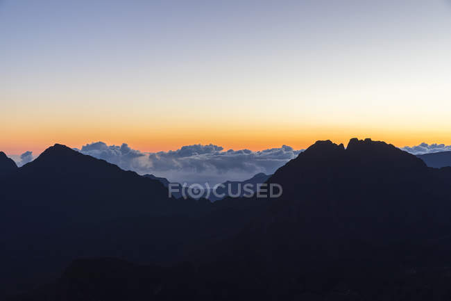 Reunion, Reunion National Park, View from Pito Maido to Cirque de Mafate, Gros Morne and Piton des Neiges, dawn — Stock Photo
