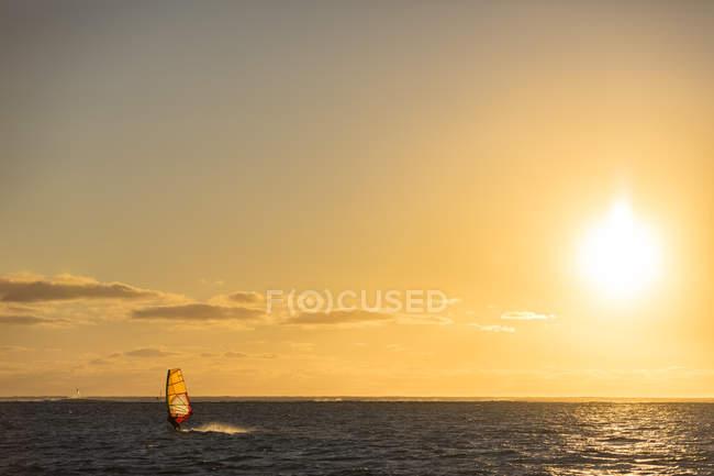 Mauritius, Le Morne, Oceano Indiano, barca a vela al tramonto — Foto stock
