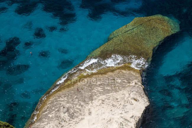 Korsika, Mittelmeerküste, felsiger Strand — Stockfoto