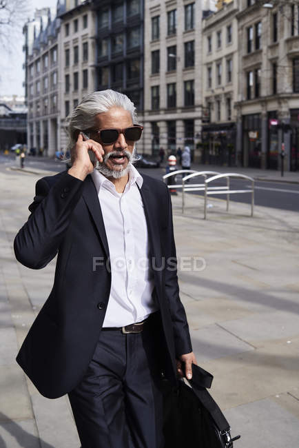 Porträt eines smarten Geschäftsmannes am Telefon — Stockfoto