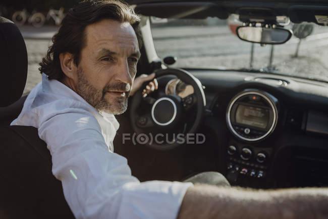 Mann fährt Cabrio in München — Stockfoto