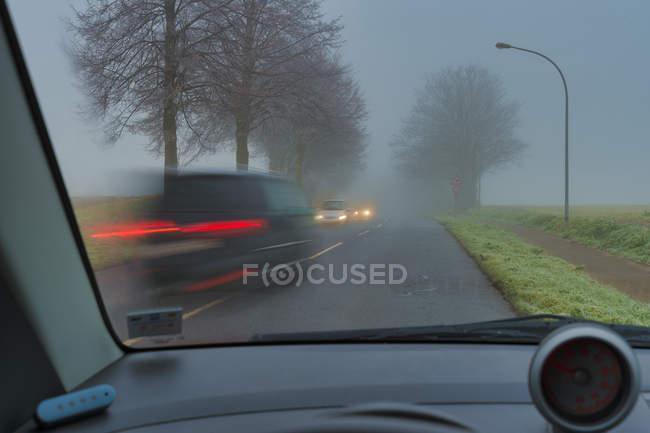 Ризик аварії, ремонт в тумані — стокове фото