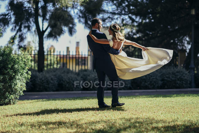 Bridal couple enjoying their wedding day in a park — Stock Photo