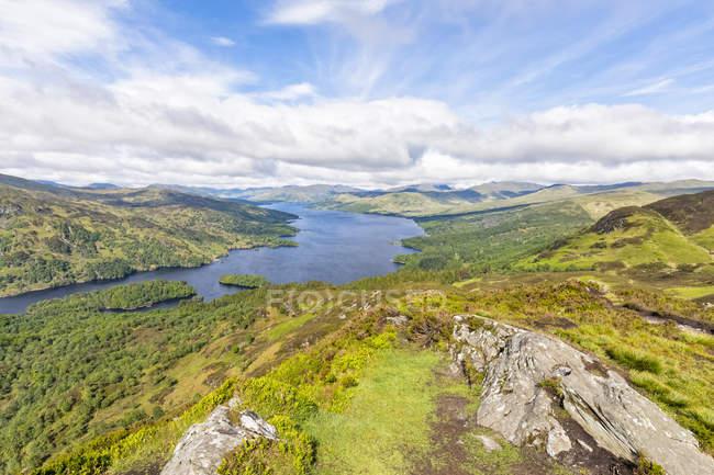 Royaume-Uni, Écosse, Highland, Trossachs, vue de la montagne Ben A'an au Loch Katrine — Photo de stock