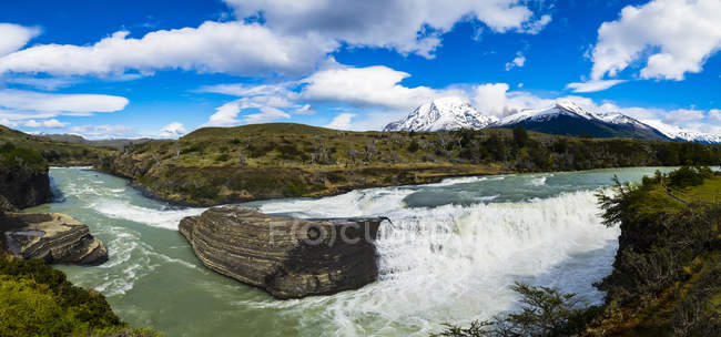 Chile, Patagonia, Magallanes y la Antartica Chilena Region, Torres del Paine National Park, Cerro Paine Grande and Torres del Paine, Rio Paine, cataracts — Stock Photo