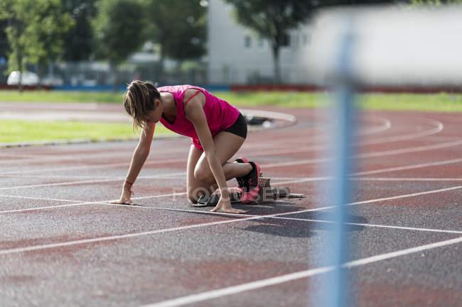 Тренировочный старт для подростков на ипподроме — стоковое фото