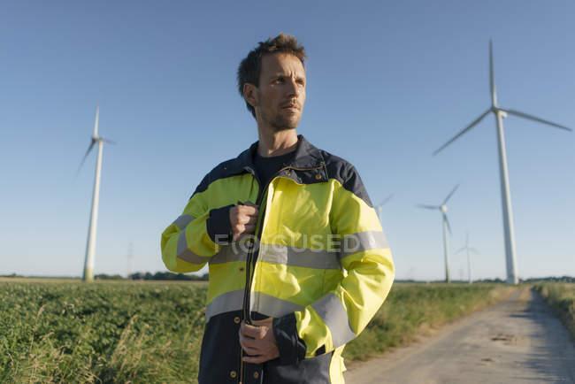 Retrato de um engenheiro no caminho de campo de um parque eólico — Fotografia de Stock