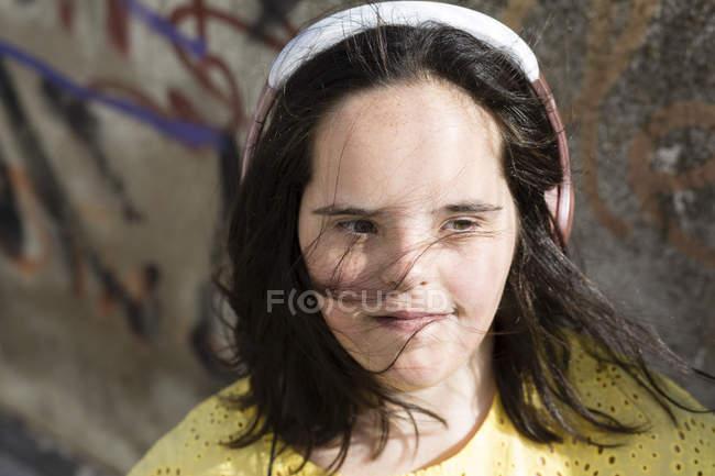 Teenager Mädchen mit Kopfhörern, Musik hören — Stockfoto