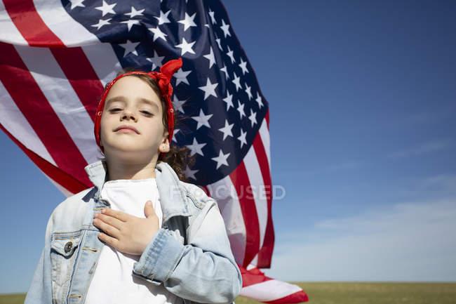 Retrato de la orgullosa niña con bandera americana - foto de stock