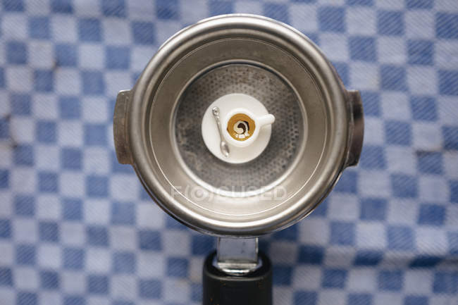 Tazza di caffè in miniatura su portafilter — Foto stock