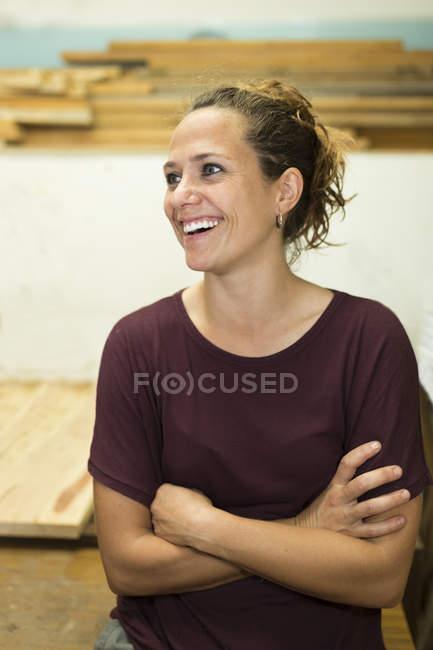 Portrait d'artisan heureux dans son atelier — Photo de stock