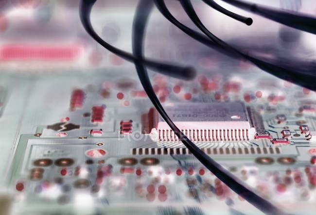Fibra ottica attaccare scheda elettronica con un virus — Foto stock